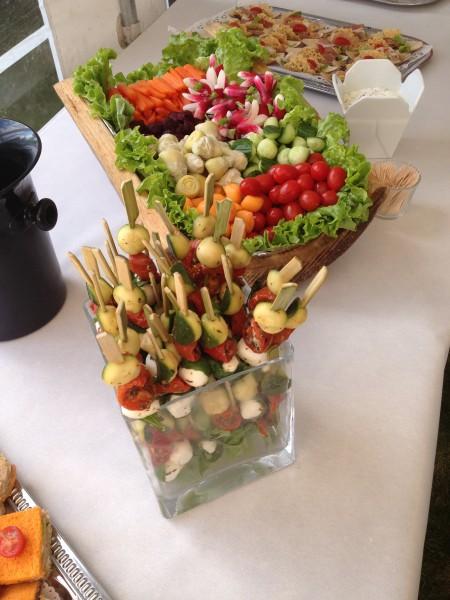 brochettes de légumes marinés et mozzarella, troncs d'arbre de crudités