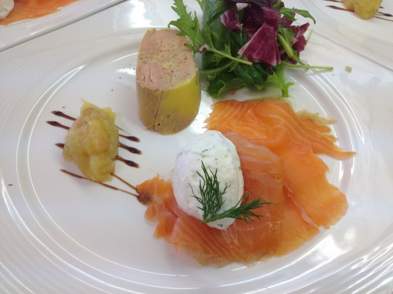 Foie gras métairie, marmelade de pomme fumé et saumon fumé par nos soins