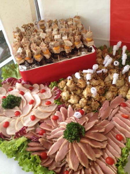 Assortiment de viandes froides magret de canard, jambon braisé par nos soins, pilon de poulet tex mex, travers de porc aux fruits secs